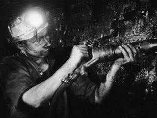 henry-grant-miner-using-an-hydraulic-drill-at-the-coal-face-at-cape-bank-hall-pit-burnley-in-lancashire_i-G-46-4617-DYLFG00Z