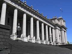 800px-Victoria_Parliament_Melbourne_(Colonnades_&_Stairs)